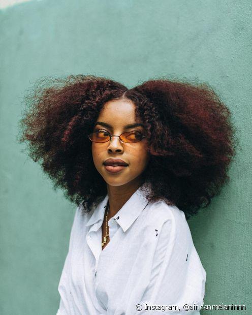 Cuidar do cabelo crespo durante o dia é fundamental para manter os fios bonitos, mas os hábitos noturnos também influenciam bastante na saúde das madeixas