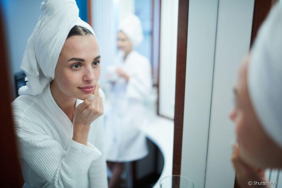 Cuidar bem da pele ajuda não só a prevenir as espinhas, como também a controlar as bolinhas para quem já sofre com o problema