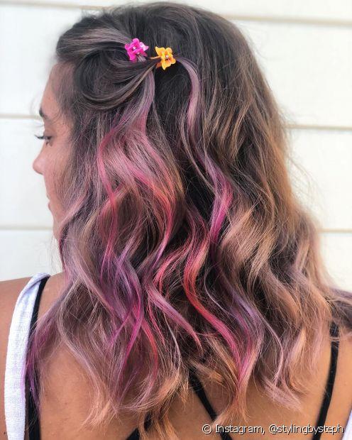 Usar as presilhas de borboleta de forma discreta deixa os cabelos com um visual bem charmoso