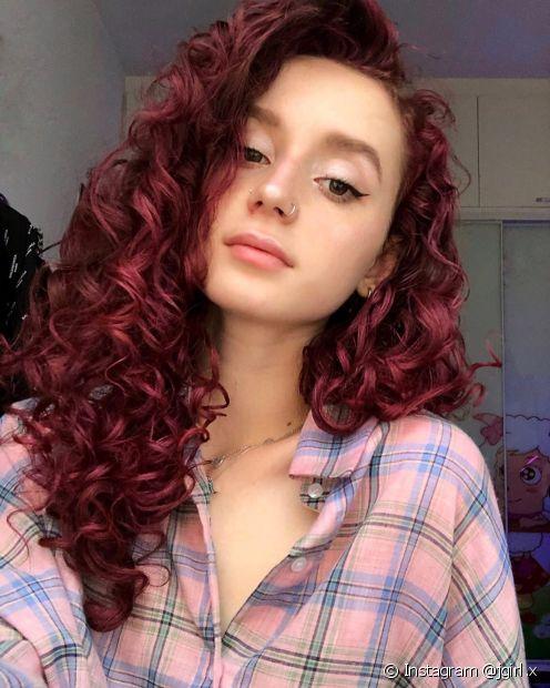 O óleo de rícino ajuda não só a fazer o cabelo crescer, como também fortalece os cabelos descoloridos, como o cabelo marsala e o cabelo ruivo (Foto: Instagram @jgirl.x)