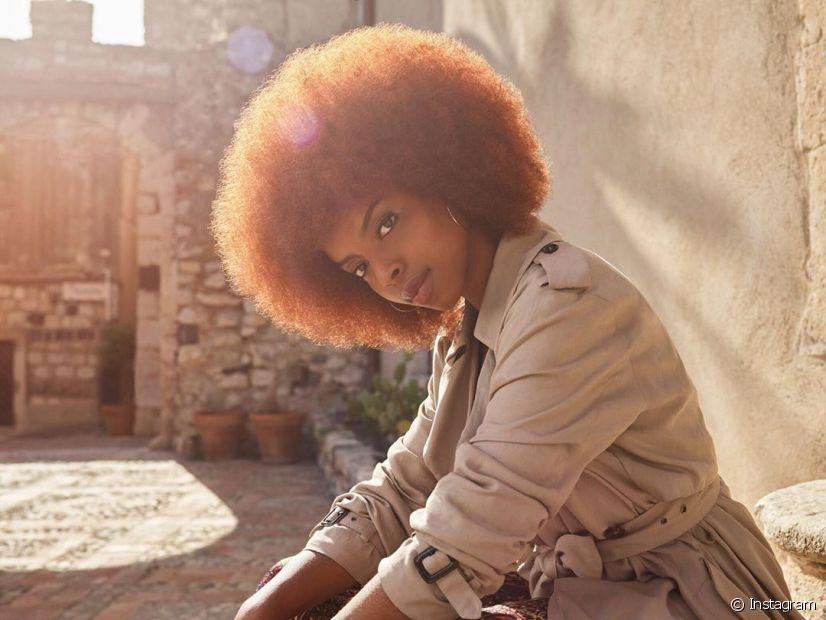 O banho de brilho em cabelo crespo revitaliza o fio (Foto: Instagram, @aysha.sow)