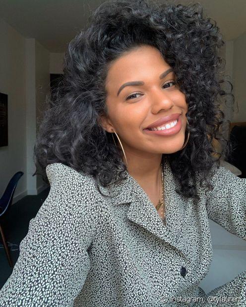 As donas de cabelos cacheados também precisam se preocupar com a oleosidade dos fios com creme de pentear (Fonto: Instagram @tylauren)