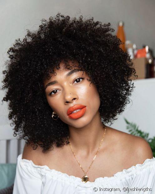 Dependendo da quantidade aplicada, cabelos crespos também podem ficar oleosos com o creme de pentear (Instagram: @freshlengths)