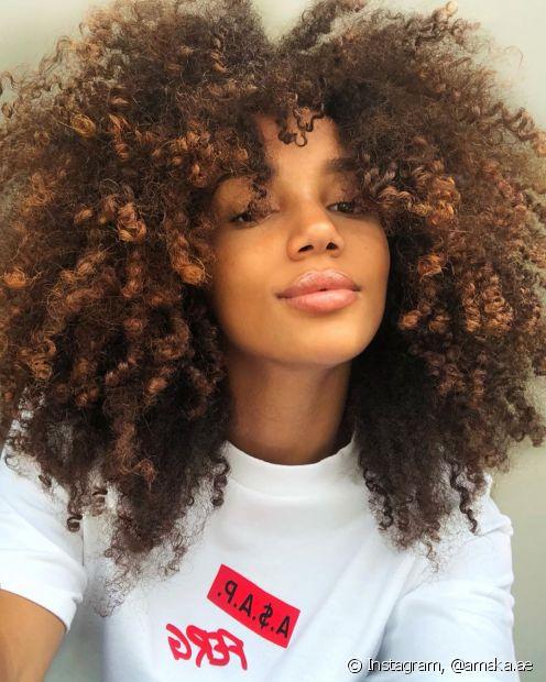 O cabelo black power com luzes cor de mel precisa de cuidados especiais para evitar o ressecamento dos fios (Foto: Instagram, @amaka.ae)