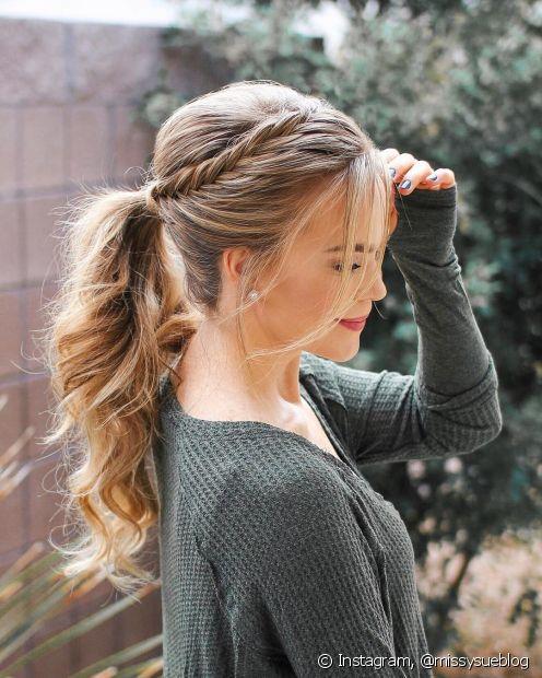 O rabo de cavalo é o penteado simples e perfeito para o verão, que ainda pode ganhar detalhes com a presença de tranças (Foto: instagram, @missysueblog)