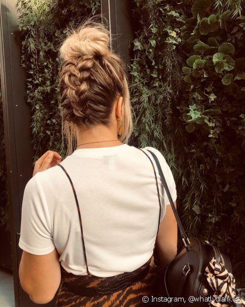 O penteado com coque também tem variações que podem ser super charmosas (Foto: Instagram, @whatlydialikes)