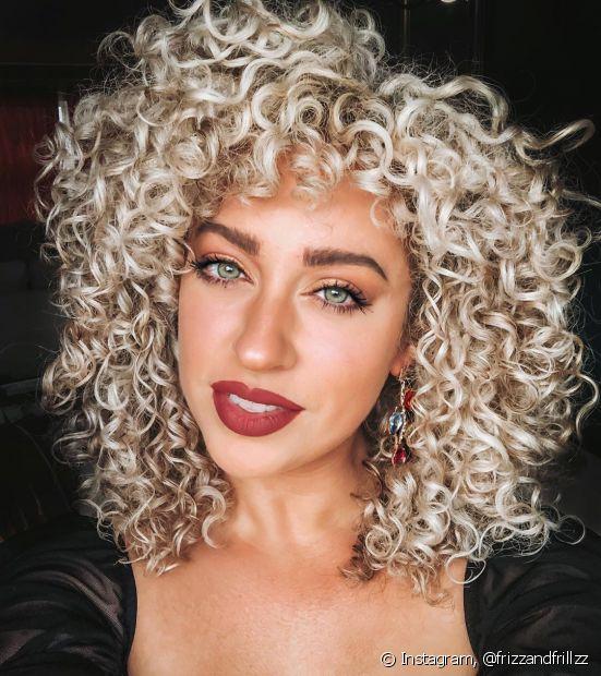 Divas com cabelo platinado cacheado podem apostar na umectação noturna para evitar o ressecamento das madeixas (Foto: Instagram, @frizzandfrillzz)