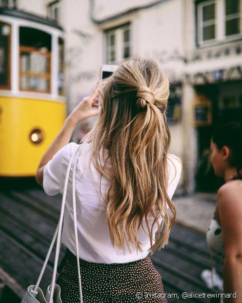 Seja com o coque, trança ou presilhas, o cabelo semipreso pode ter o efeito mais clássico ou com mais movimento ao ter algumas ondas e cachos (Foto: Instagram, @alicetrewinnard)