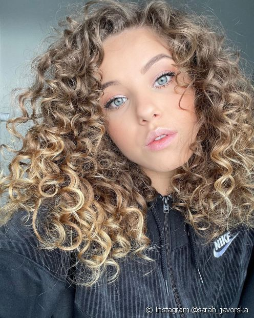 O cabelo cacheado com ombré hair loiro pode ser feito em uma base clara ou escura (Instagram @sarah_javorska)