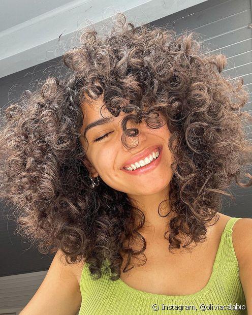 Ainda não incluiu o suplemento capilar na sua rotina de cuidados com o cabelo? Conheça três benefícios desse tipo de produto. (Foto: Instagram @oliviacalabio)