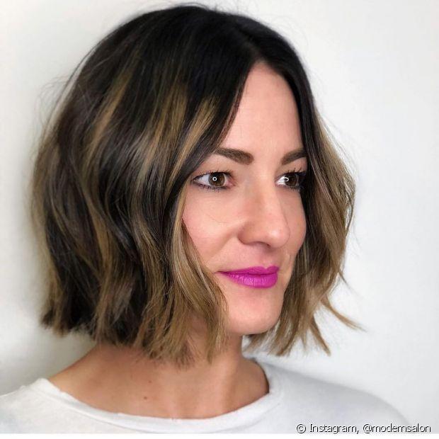 Cortes de cabelo clássicos, como short bob, ficam mais modernos com as luzes loiras. (Foto: Instagram, @modernsalon)
