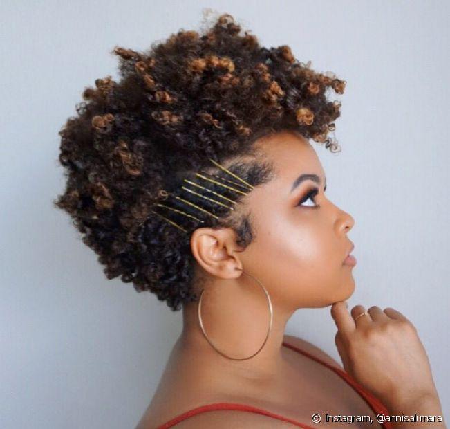 Loiro mel, loiro dourado e loiro platinado são algumas nuances que você pode utilizar para alcançar o visual morena iluminada em cabelo curto. (Foto: Instagram @annisalimara)