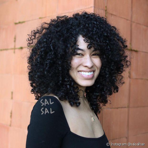 O cabelo médio com franja lateral é uma tendência para apostar em todos os tipos de cabelo. (Foto: Instagram @salsalhair)
