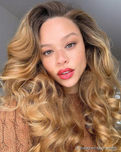 O cabelo loiro com mechas douradas fica moderno e elegante. Confira outras formas de adotar essa a tendência dos cabelos loiros iluminados! (Foto: Instagram @samvrielink)