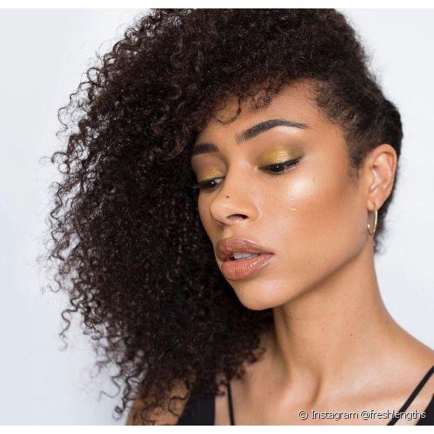 Para as divas de cabelo cacheado, os penteados laterais valorizam a textura e o volume das madeixas (Foto: Instagram @freshlengths)