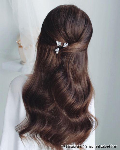 Para as noivas mais clássicas, os penteados semipresos tradicionais são uma alternativa delicada e romântica (Foto: Instagram @shaunaelizabethhair)
