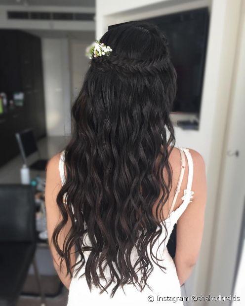 O penteado semipreso também pode contar com uma trança espinha de peixe e um acessório romântico para arrematar o look de noiva (Foto: Instagram @shakedbraidsnoiva)