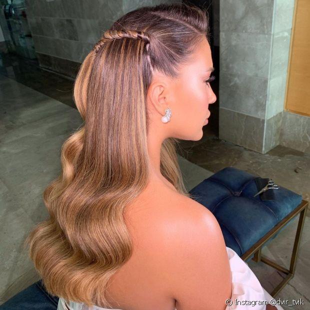 O penteado lateral de noiva pode contar com uma mecha torcida e pontas do cabelo onduladas (Foto: Instagram @dvir_tvik)