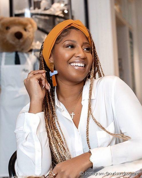 Um lenço de cor elegante pode garantir um penteado sofisticado com as box braids (Foto: Instagram @curlsandcouture)