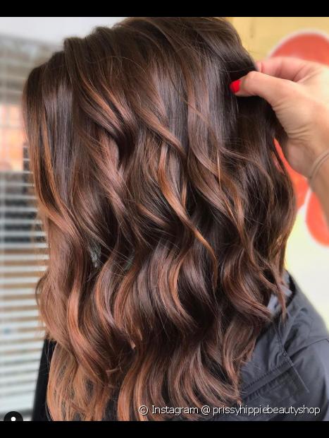 A cor de cabelo marrom acobreado tem como vantagem sua durabilidade (Foto: Instagram @prissyhippiebeautyshop)
