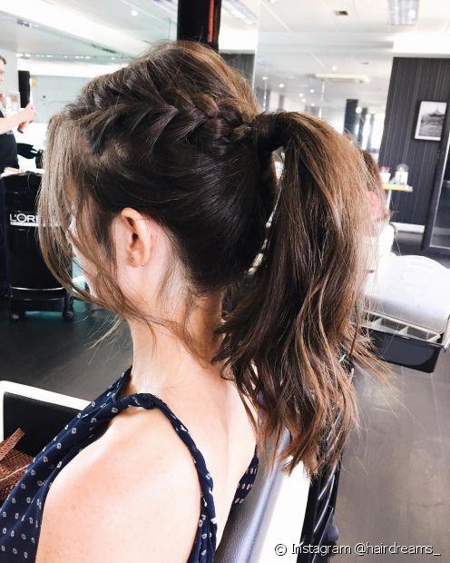 Se quiser incrementar o rabo de cavalo médio, faça uma trança na lateral do penteado (Foto: Instagram @hairdreams_)