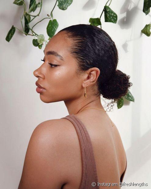 O coque baixo é elegante e rápido de fazer nos cabelos médios (Foto: Instagram @freshlengths)