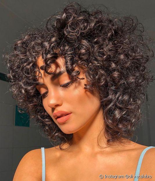 O corte chanel com franja pode ser adotado nos cabelos cacheados e crespos com o chanel de bico desfiado (Foto: Instagram @oliviacalabio)