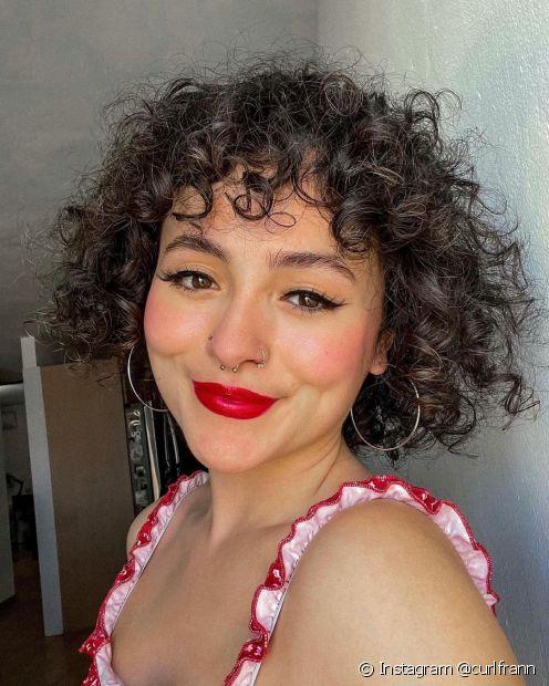 O cabelo cacheado pode ter com um corte chanel com franja baby bangs, um estilo de franja bem curtinho! (Foto: Instagram @curlfrann)