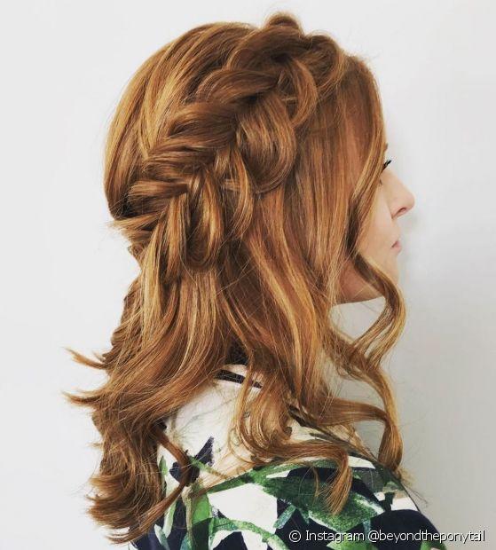 A coroa de trança prende o cabelo ruivo de forma delicada e romântica (Instagram @beyondtheponytail)