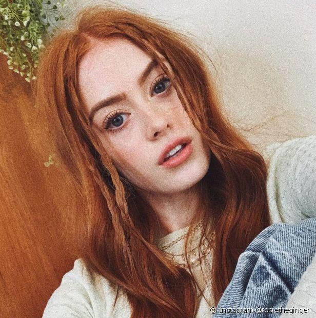 As tranças laterais são uma ótima pedida para as ruivas que buscam um penteado prático (Instagram @rosietheginger)