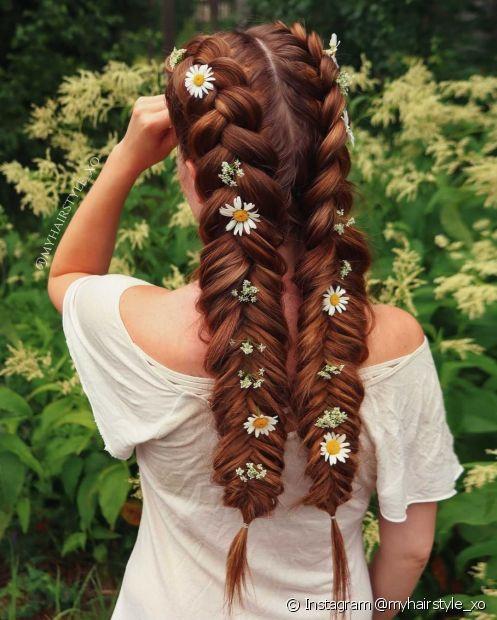 Adicione flores no seu penteado para transmitir ainda mais o encanto do penteado boho (Instagram @myhairstyle_xo)