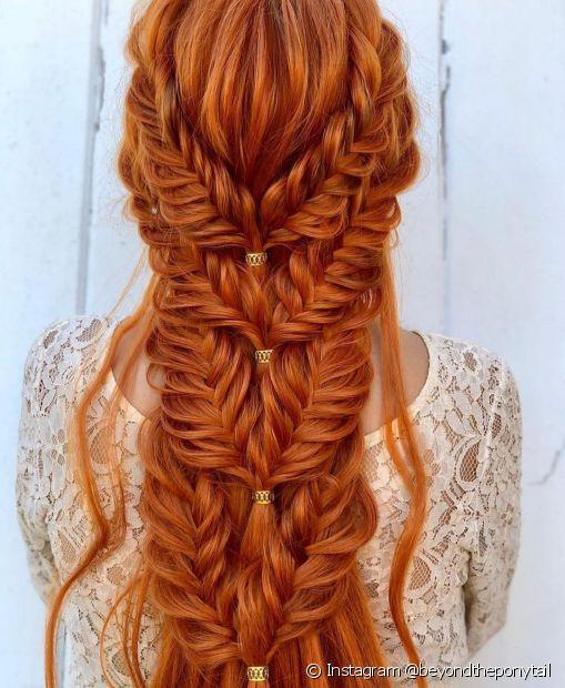 Um penteado com estilo boho super versátil é a trança espinha de peixe (Instagram @beyondtheponytail)