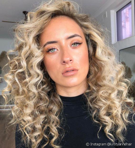 Faça um teste para saber se o cabelo platinado é o tom de loiro perfeito para você! (Foto: Instagram @kirstyannehair)