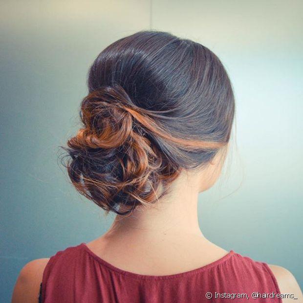 Coque baixo é perfeito para um look delicado e elegante e pode ficar ainda mais bonito com um leve volume no topo da cabeça