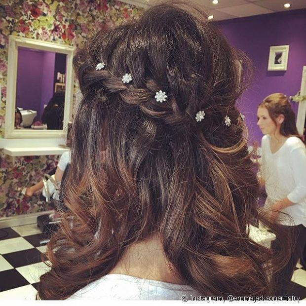 A aplicação de florzinhas deixa o penteado muito mais charmoso - @emmajacksonartistry
