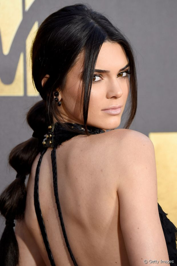 """O rabo de cavalo baixo ganha uma versão mais moderna com a textura de """"gominhos"""" no look de Kendall Jenner"""