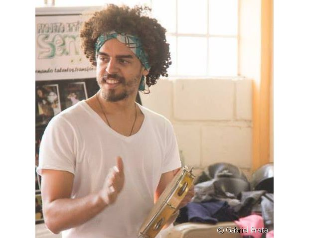 Gabriel também investe em lenços para criar um visual estiloso