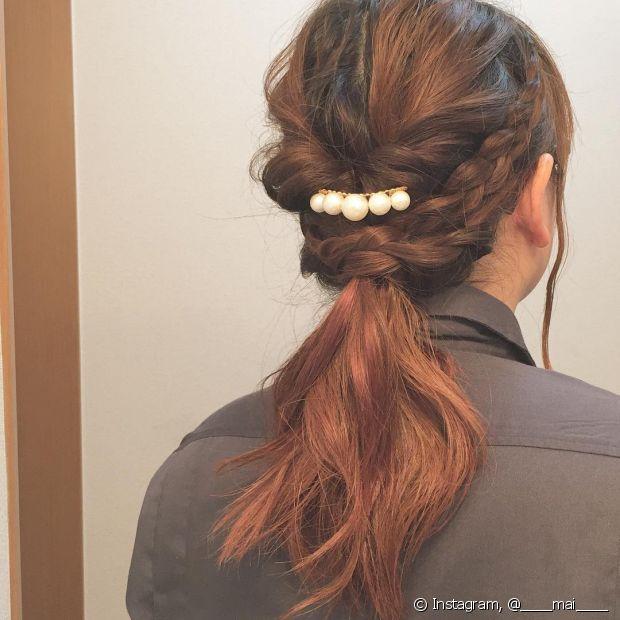 As tranças laterais, torcidinhos e presilha podem ser usados juntos num só penteado - @____mai____