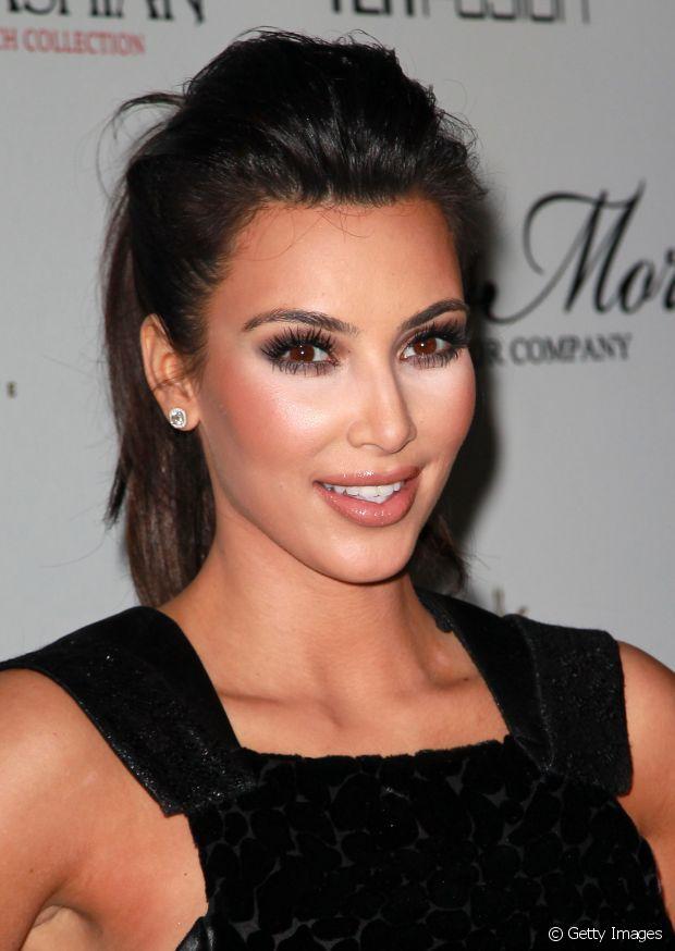 Rabo de cavalo com topete é um penteado simples de fazer sozinha em casa. Kim Kardashian é fã do estilo!
