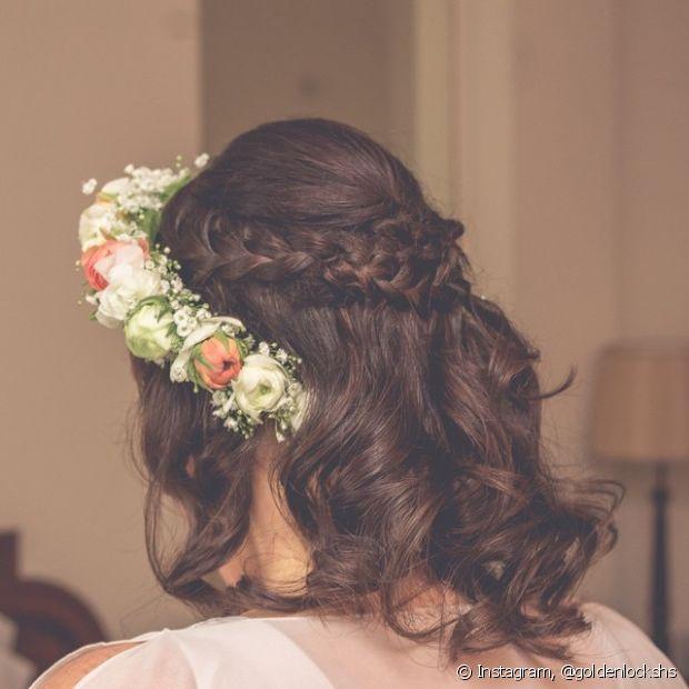 Vai casar esse ano e ainda não decidiu o penteado? Aposte em tiaras e coroas de flores - @goldenlockshs