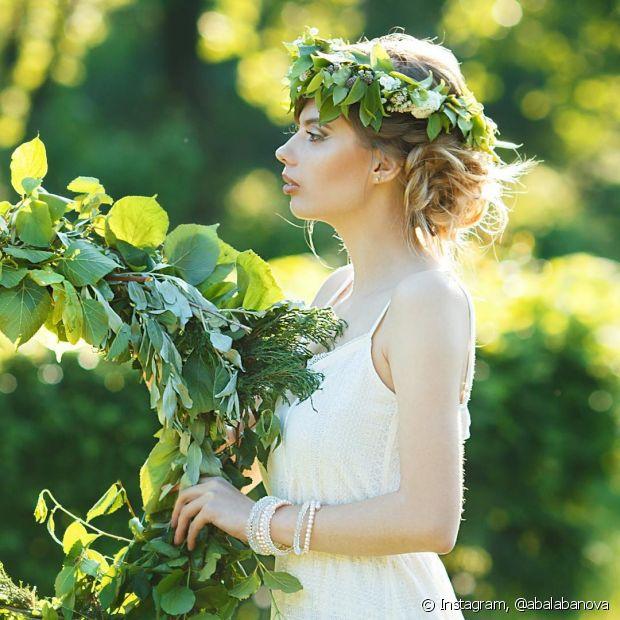 As tiaras e coroas de flores são super modernas e dão um toque romântico e boêmio ao visual das noivas - @abalabanova