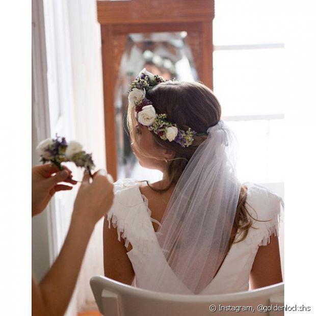 Usar uma coroa de flores não impede que você use véu - @goldenlockshs