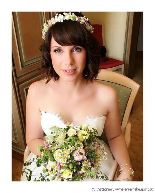 As tiaras mais finas e com flores pequenas ficam perfeitas em cabelos curtos - @melaniemakeupartist