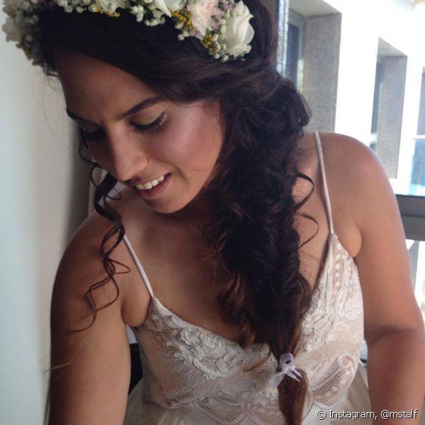 A coroa de flores pode acompanhar uma linda trança lateral - @mstalf