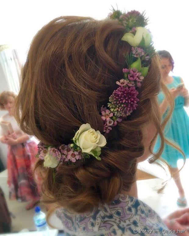 O coque baixo é a pedida mais elegante para usar com a tiara de flores - @zarla_hair