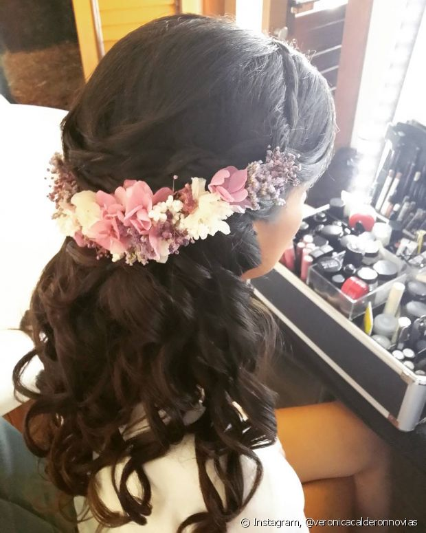 O semipreso é muito delicado e fica um charme com flores laterais - @veronicacalderonnovias