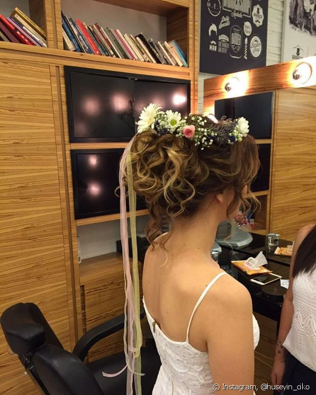 Você pode usar sua coroa de flores naturais ou de plástico - @huseyin_ciko