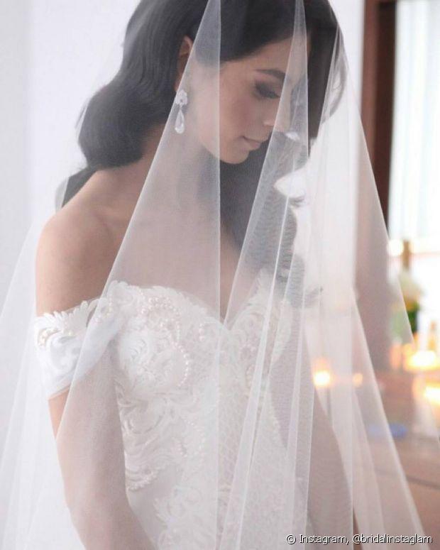 Uma das dúvidas mais frequentes é a escolha do acessório no dia do casamento. Véu ou mantilha? Saiba a diferença entre eles e escolha o seu favorito
