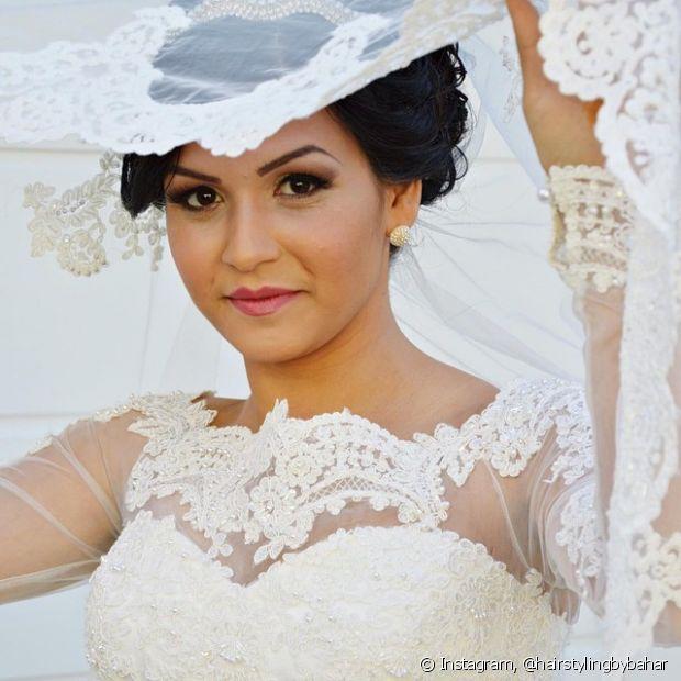 Por serem bem parecidos, as noivas confundem muito os dois acessórios. A diferença entre eles está no tecido, pois a mantilha é bem mais pesada do que o véu