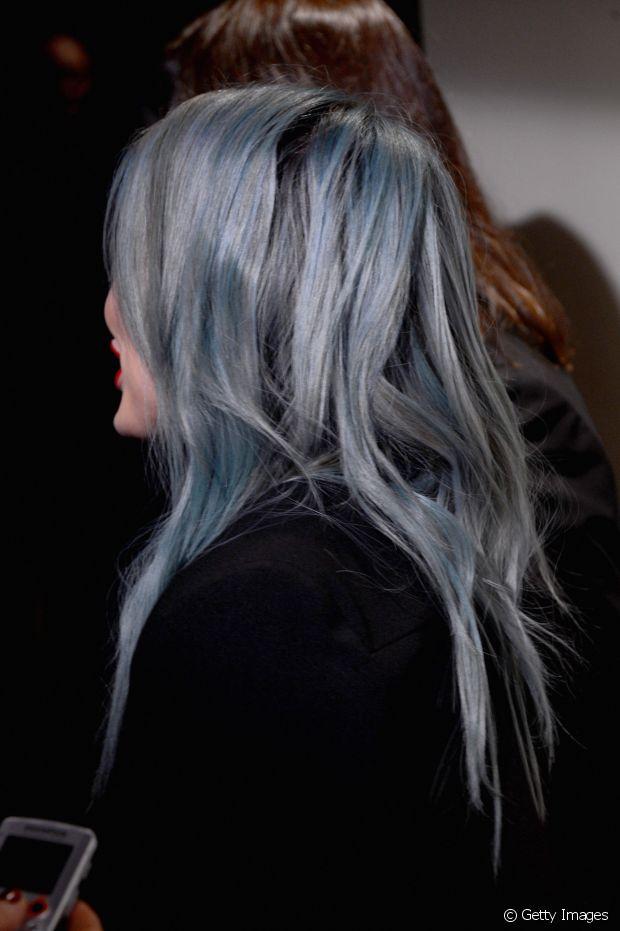 Mesclar tons de azul, preto e cinza nos fios é um truque para deixar os cabelos com a cor igual a do tecido